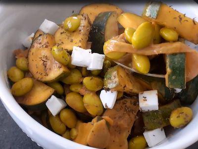 une assiette de curry édamamés et noix de coco et autres légumes