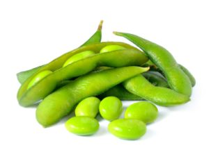 tas édamamés surgelés verts et graines sur fond blanc