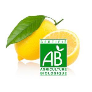 un citron jaune entier avec feuille et un demi citron jaune avec le logo agriculture biologique sur fond blanc