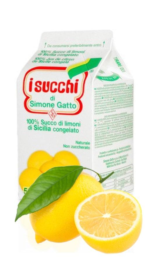 une brique de jus de citron surgelée avec un citron entier avec feuille et demi citron sur fond blanc