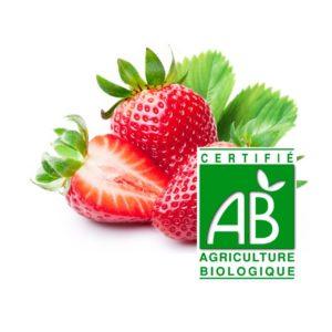 deux fraises entières et une demi fraise avec feuille avec le logo agriculture biologique sur fond blanc