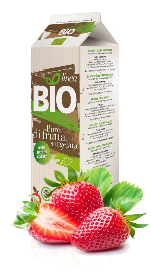 une brique de purée de fraises bio surgelée avec deux fraises entières et une demi fraise avec leur feuille sur fond blanc