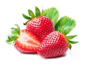 deux fraises entières et une demi fraise rouge avec leurs feuilles sur fond blanc