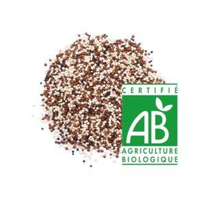 tas de graines de quinoa multicolore avec logo agriculture biologique sur fond blanc