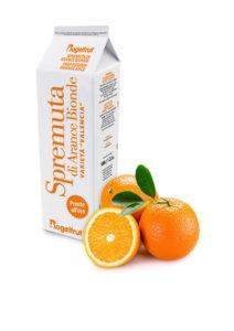 une brique de jus d'orange surgelé avec deux oranges et feuilles et une demi orange sur fond blanc