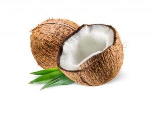 une noix de coco entière et une demi noix de coco avec feuilles sur fond blanc