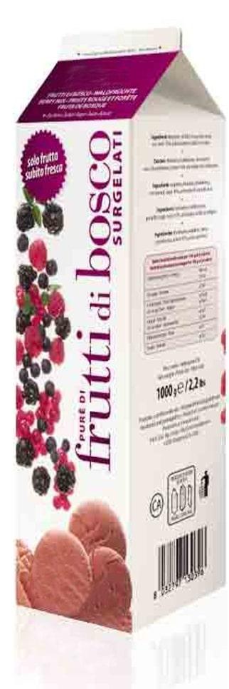 une brique de purée de fruits rouges surgelés sur fond blanc