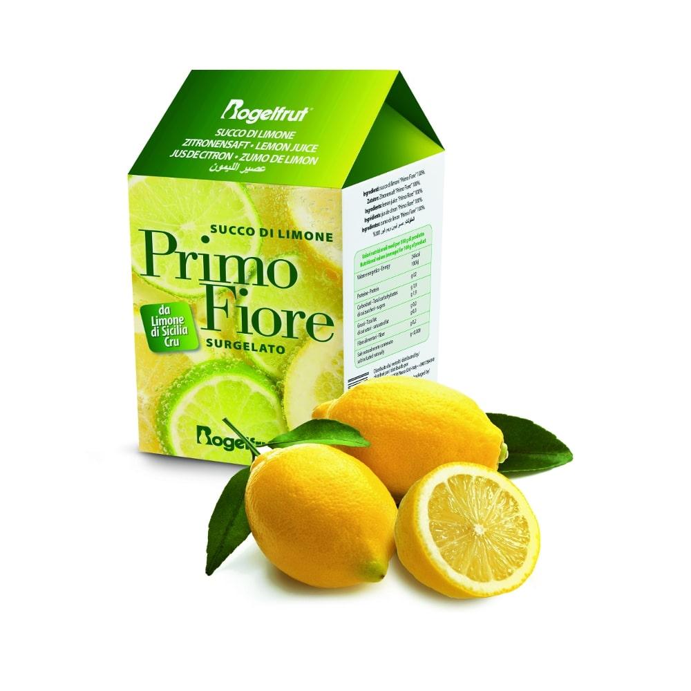 une brique de citron surgelé avec deux citrons avec feuilles et un demi citron sur fond blanc