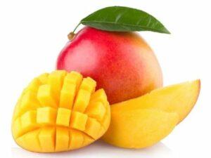 une mangue entière avec feuille, une demi mangue et une tranche de mangue surgelée